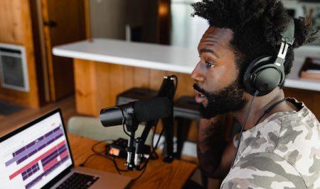 O poder dos podcasts: o vínculo emocional com a audiência